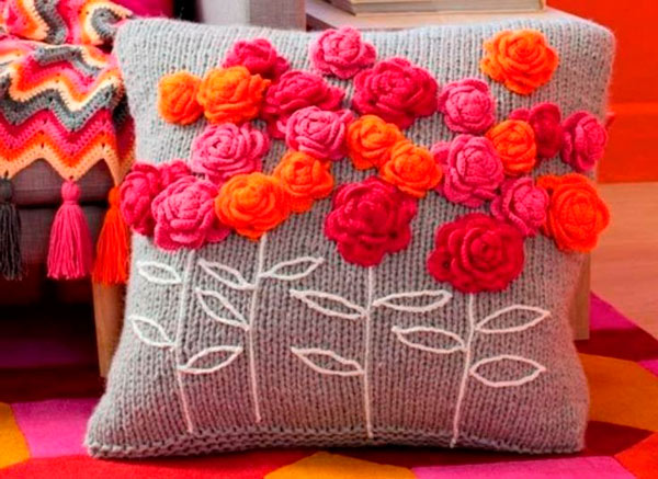 pillows decorated with crochet 2